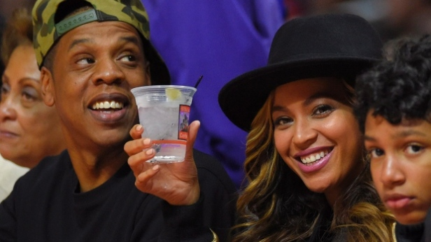 singers-jay-z-and-beyonce-watch-the-los-angeles-clippers-play-the-cleveland-cavaliers
